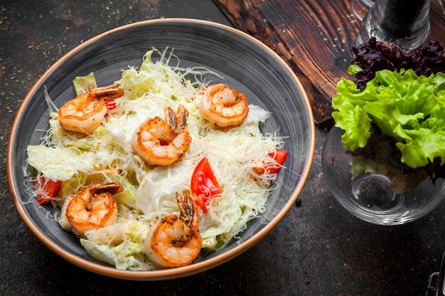 Salada caesar de vista lateral com camarão frito e alface