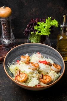 Salada caesar de vista lateral com camarão frito
