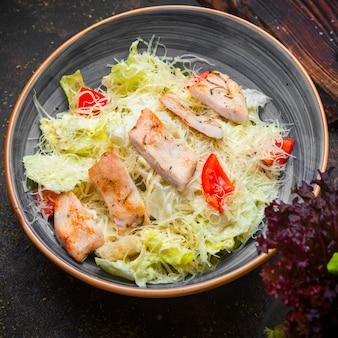 Salada caesar de vista lateral com frango frito