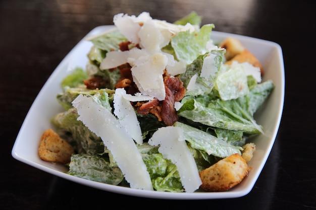 Salada caesar em close