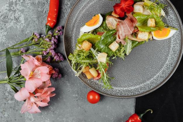 Salada caesar em um prato cinza