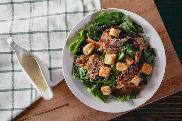 Salada caesar fresca em uma mesa de madeira