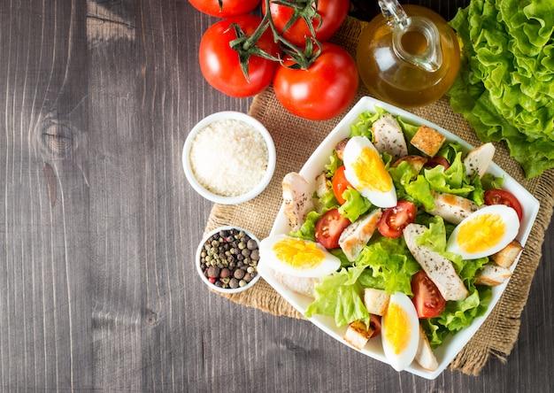 Salada caesar fresca no fundo de madeira