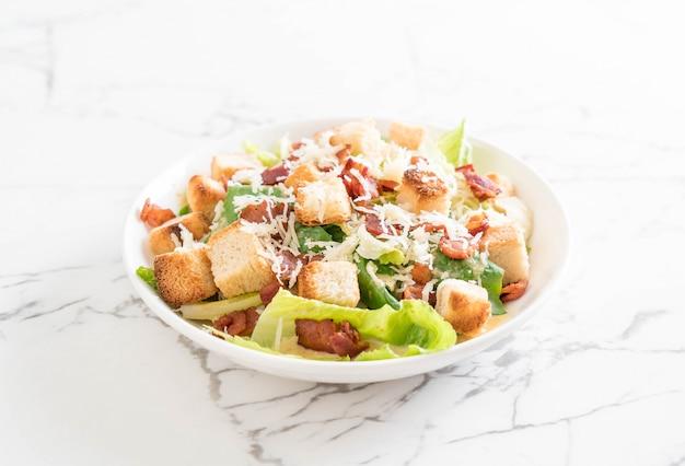 Salada caesar na mesa