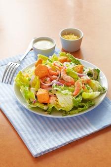 Salada caesar no prato com molho