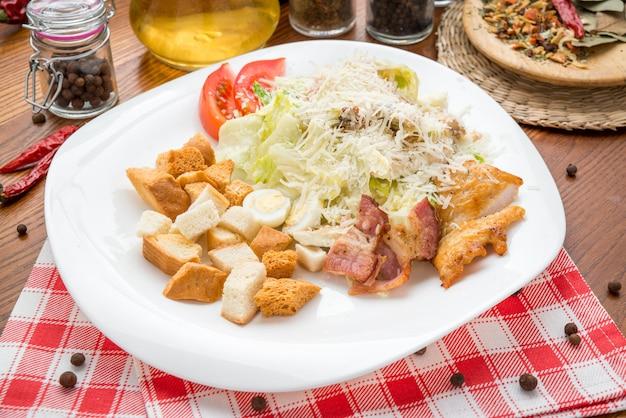 Salada caesar orgânica verde saudável com queijo
