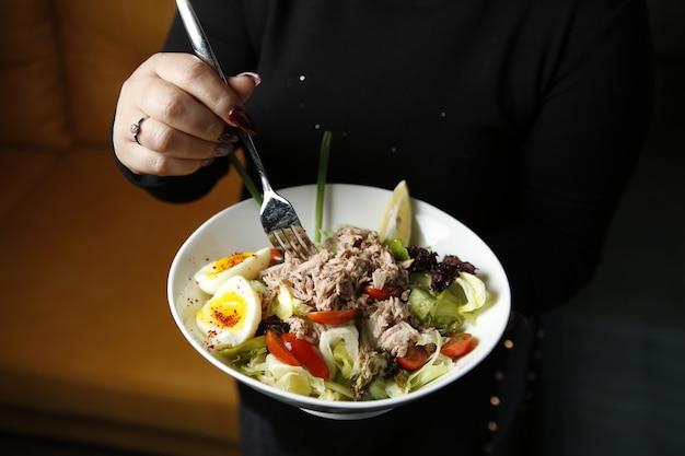 Salada caesar servida com atum por cima