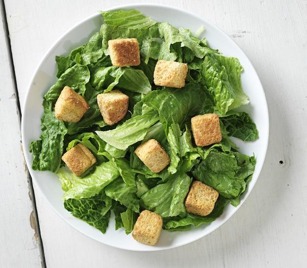Salada caesar, vista de cima para baixo