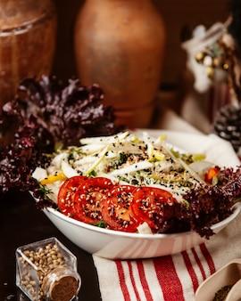 Salada caesar vista frontal com frango e tomate