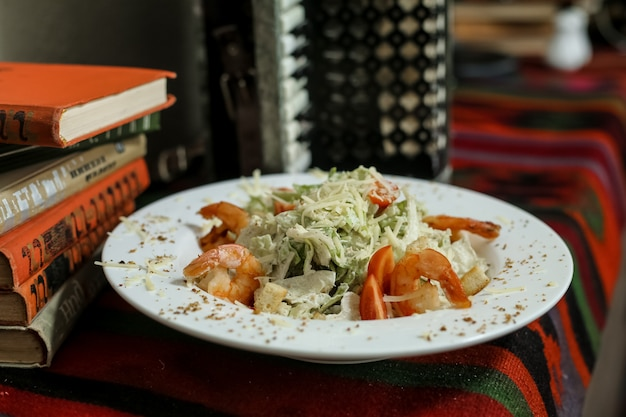 Salada caezar bolachas parmesão tomate camarão anchovas vista lateral