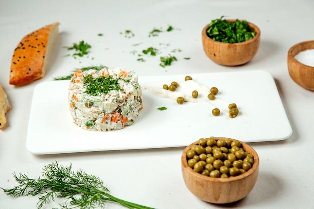 Salada capital com ervilhas em cima da mesa