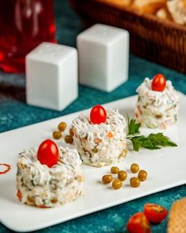 Salada capital com tomates e ervilhas verdes