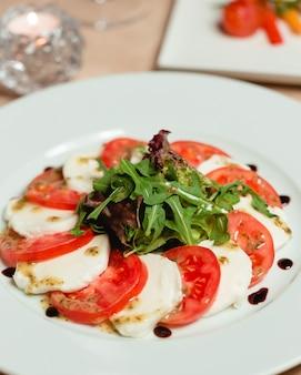 Salada caprese clássica com queijo mussarela e tomate
