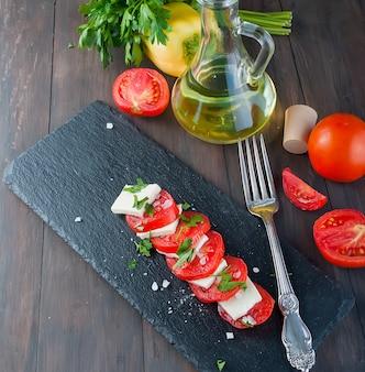 Salada caprese com queijo e tomate.