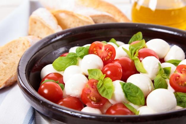 Salada caprese com queijo mozzarella