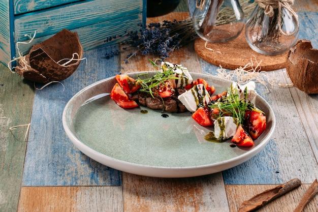Salada caprese com queijo salakis de carne de cavalo