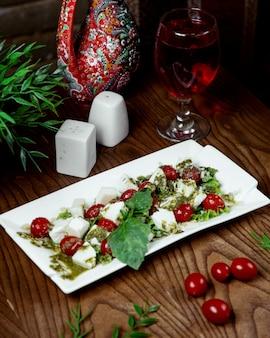 Salada caprese com tomate cereja
