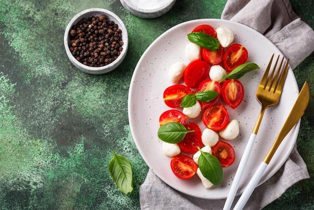 Salada caprese com tomate e mussarela