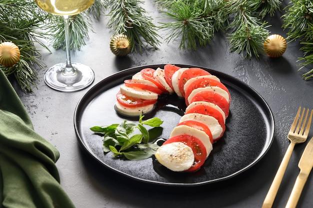 Salada caprese de natal servida como pirulito para festa festiva
