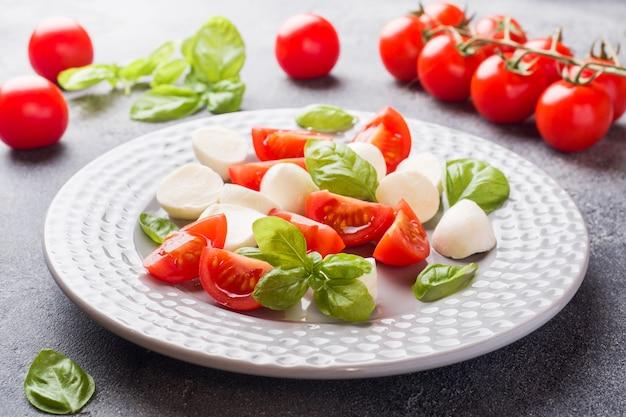 Salada caprese de tomate, queijo mussarela e manjericão. cozinha italiana.