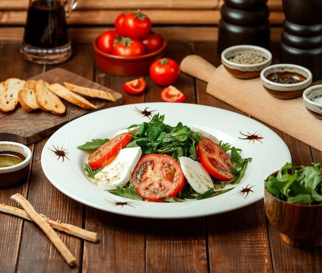 Salada caprese em cima da mesa