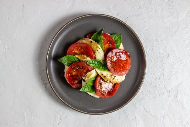 Salada caprese italiana com mussarela e tomates. branco. comida saudável.