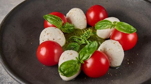 Salada caprese italiana com orientação panorâmica com tomates maduros, manjericão fresco e queijo mussarela em