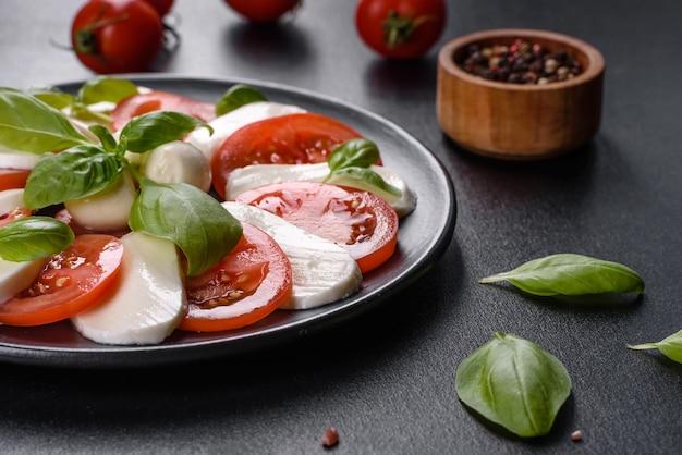 Salada caprese italiana com tomate fatiado, queijo mussarela, manjericão, azeite de oliva