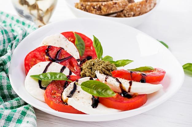 Salada caprese italiana tradicional com mussarela, tomate, manjericão e vinagre balsâmico