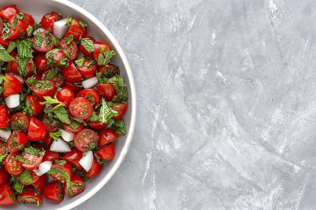 Salada caseira de tomate cereja com cebola fresca, hortelã, azeite e sal