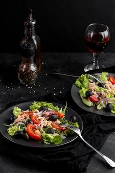 Salada caseira no prato escuro