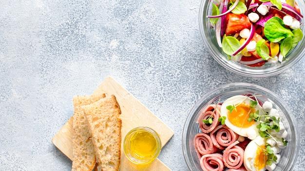 Salada caseira orgânica em tigela de vidro