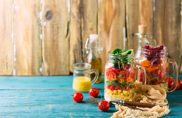 Salada caseira saudável do frasco