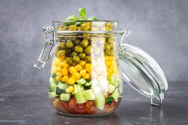 Salada caseira saudável em uma jarra