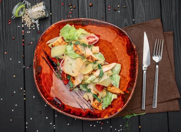 Salada césar feita de legumes frescos na mesa do restaurante