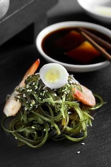 Salada chinesa deliciosa de algas frescas