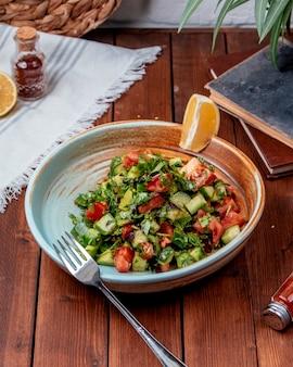 Salada choban em cima da mesa