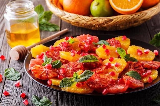 Salada cítrica caseira com toranja e laranjas, foco seletivo.