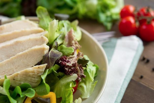 Salada coberta com peito de frango sem pele