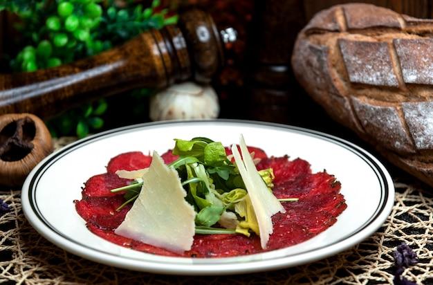Salada coberta com queijo e verdura 1