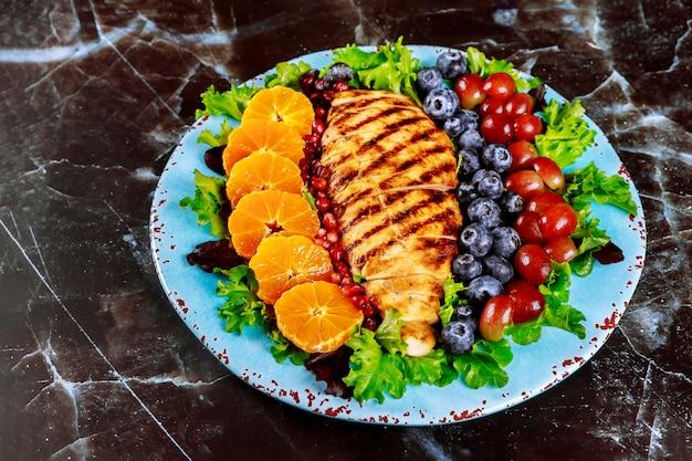 Salada colorida com peito de frango grelhado, legumes e frutas