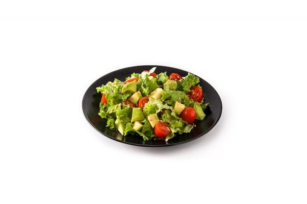 Salada com abacate, alface, tomate, sementes de linho, isoladas no fundo branco