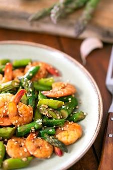 Salada com aspargos e camarões no prato