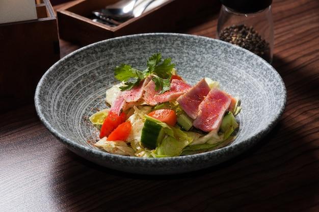 Salada com atum e legumes no restaurante