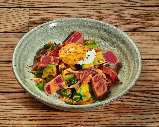 Salada com atum grelhado, ovo escalfado, abacate e verduras
