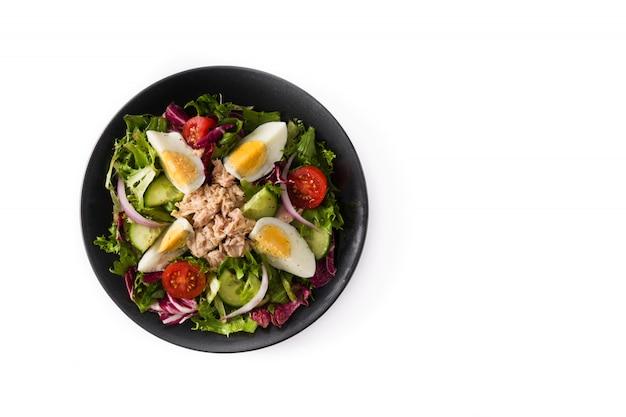 Salada com atum, ovo e legumes em branco