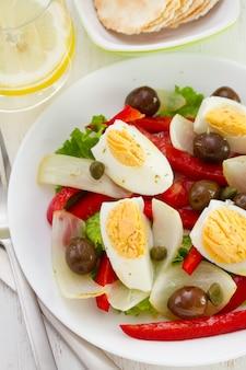 Salada com azeitonas e ovo cozido
