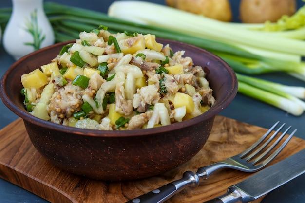 Salada com batatas, cavala e aipo, temperado com mostarda e azeite, foto horizontal