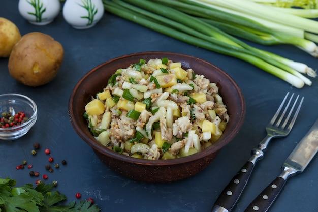 Salada com batatas, cavala e aipo, temperados com mostarda e azeite
