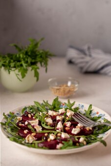 Salada com beterraba, queijo de cabra e rúcula
